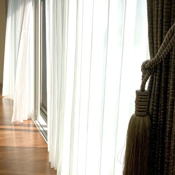 高級感あるフジエテキスタイルの無地カーテン